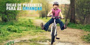 Dia das crianças - Menina de camiseta rosa andando de bicicleta na terra - Dias Bike