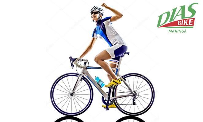 Mulher ciclista com roupas de ciclismo - Dias bike
