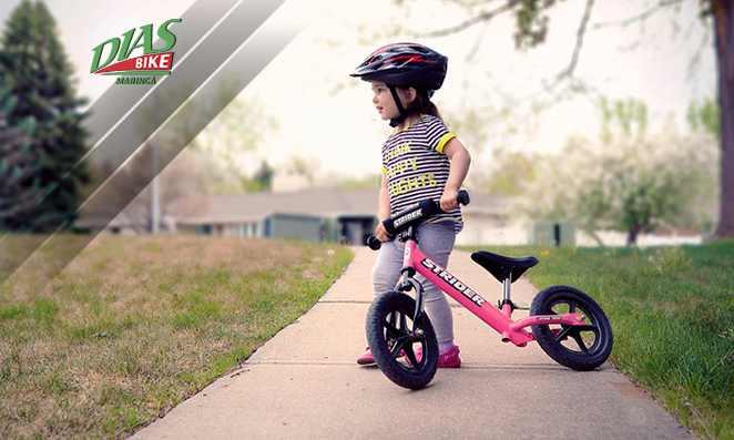 criança com segurando uma bicicleta rosa - dias bike
