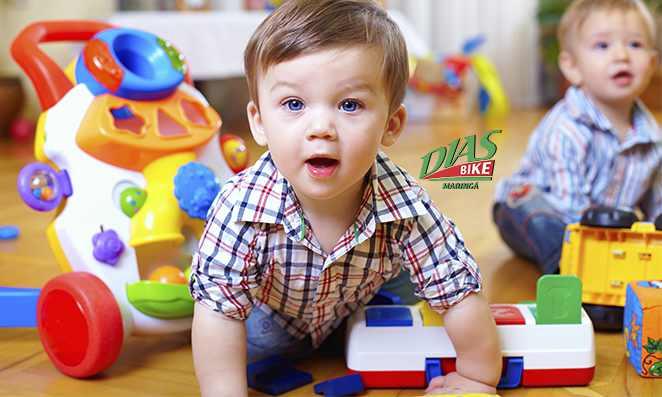 crianças de 1 ano brincando