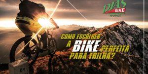 Ciclista pedalando na montanha