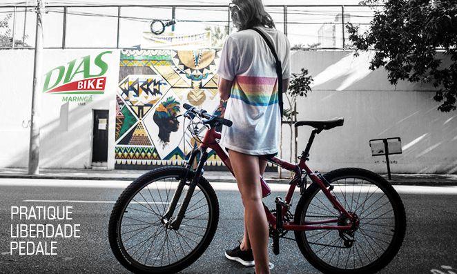 Mulher de bicicleta na cidade