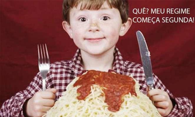 Criança comendo macarrão