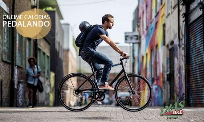 Homem pedalando na cidade