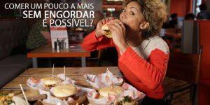 Mulher comendo hamburger