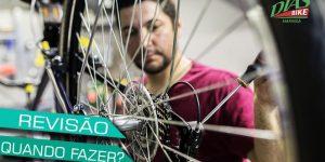 Homem fazendo revisão na bicicleta