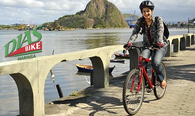 Mulher pedalando para o serviço
