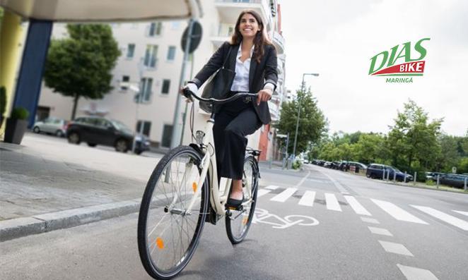 Mulher indo para o serviço de bicicleta