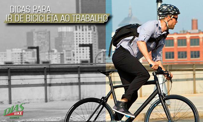 Homem pedalando para o serviço