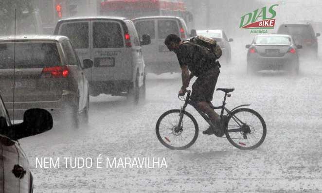 Homem pedalando na chuva forte no trânsito