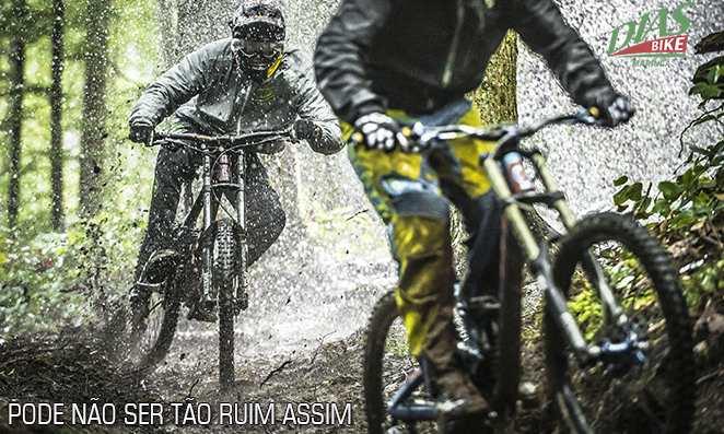 Ciclistas fazendo trilha na chuva
