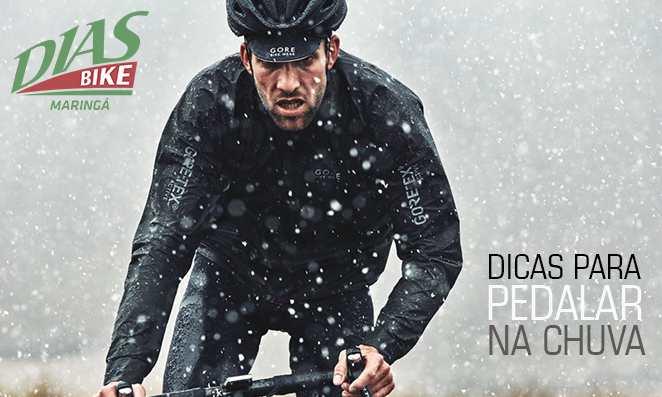 Homem pedalando na chuva