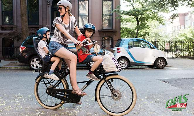 Mãe carregando seus filhos na bicicleta