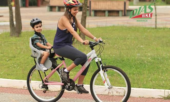 Mãe carregando seu filho na bicicleta
