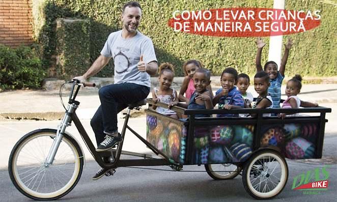 Homem levando diversas crianças na bicicleta